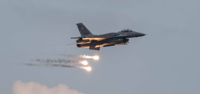 Photo of the day: Lets get the weekend going with F-16